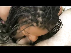Грудастая темнокожая девушка становится раком и сосёт белый член