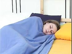 Папочка разбудил спящую голышом доченьку и хорошенько трахнул