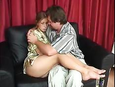 Мужик похмеляясь после бодуна приметил сексуальную девушку