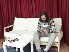 Насмотревшись порно журналов и выпив коньяк мужик захотел секса
