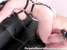 Грудастая госпожа с хорошими мышцами полностью контролирует раба