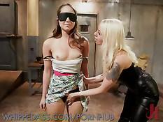 Опытная блондинка в чёрной коже любит насиловать юную подругу