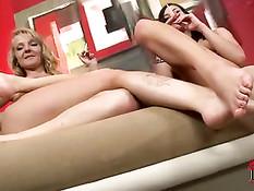 Девушка лижет подруге пальцы на ноге и вставляет ладонь в киску