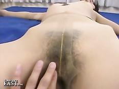 Японский парень ласкает тело своей молодой подруги в колготках
