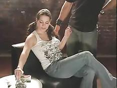Сидя на стуле девушка выкуривает сигарету, а потом берёт в рот член