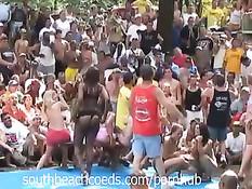 Во время фестиваля голых кисок в американском штате Индиана