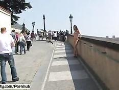 Смелые девки развлекают прохожих разгуливая по городу голышом