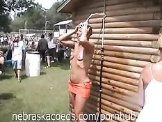 Девушки обнажаются и показывают свои прелести на фестивале в США