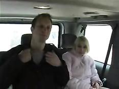 Парни снимают на улице швейцарских девок и трахают их в машине