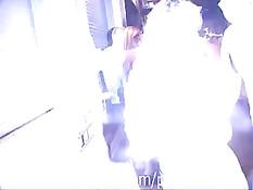 Художник на улице раскрашивает кистью молодые тела девушек