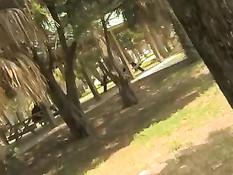 Девушка гуляет без трусиков по парку и ласкает свою мокрую киску
