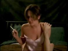 Прыгая на члене девушка успевает выкурить сигарету и отсосать член