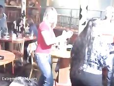 Весёлая секс оргия свингеров под громкую музыку в ночном клубе