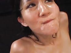 Узкоглазую девушку оттрахали в волосатую пизду и кончили в рот