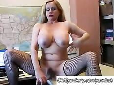 Грудастая дама в чулках расслабляется при помощи мастурбации