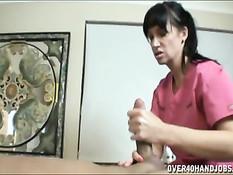 Массажистка сделала массаж расслабившемуся мужику и его члену