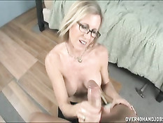 Домохозяйке в очках вдруг захотелось секса со своим работником