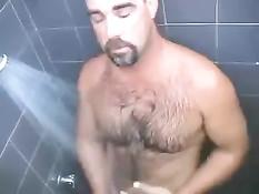 Волосатый австралийский мужик кайфует от сделанного парнем минета