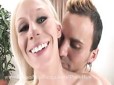 В своей первой порно съёмке блондинка скачет в воздухе на члене