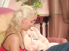 Молодая блондиночка в коротенькой юбочке даёт парню свою попку