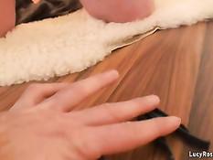 Зрелая грудастая блондинка раздевается и массирует огромную грудь