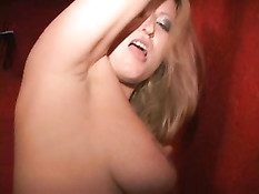 Толстая дама раздевает блондинку и трахает её на оргии свингеров