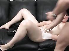 Девушка с маленькими сиськами на порно съёмках отсасывала член