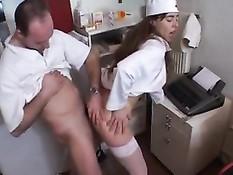 Французская медсестричка Дженни трахается с похотливым доктором