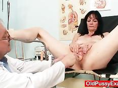 Разработанная пизда зрелой женщины испытывает на себе вибратор