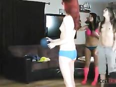 Красивые лесбийские подружки бросают в кольцо мяч на раздевание