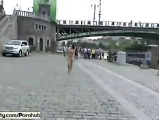 Безбашенная голая девушка шокирует прохожих на чешских улицах