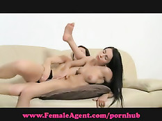 Сексуально озабоченная дама под видом порно режиссёра трахает баб