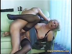 Сумасшедшая блондинка получает молодой член в свою старую киску