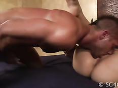 Брюнетка делает минет и занимается любовью с атлетичным мужчиной