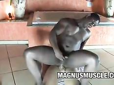 Мускулистый негр отсосал светлому любовнику во время приёма ванны