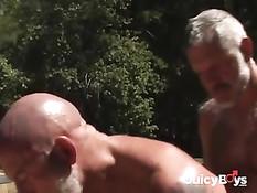 Бородатые деревенские гомосексуалисты трахаются в лесной глуши