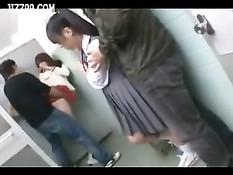 Мама с дочерью оттраханы в туалете кинотеатра во время киносеанса