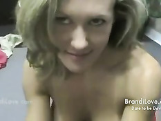 Симпатичная блондинка из офиса встала на колени и подрочила член