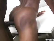 После минета чёрный гей уложил парня на живот и отодрал в задницу