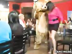 Собравшиеся в клубе дамы занимаются оральным сексом с танцором