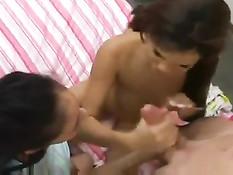 Милые девочки затащили парня в постель и долго играли с его членом
