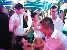 Много выпивки и весёлые танцы плавно перетекли в пьяную секс оргию