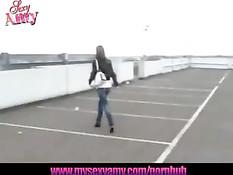 Симпатичная девушка любит порадовать парней минетом на улице