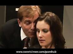 Босс трахает симпатичную сотрудницу на диване в рабочем кабинете