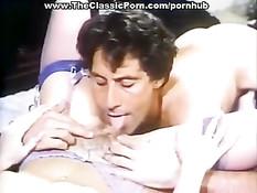 В ретро порно фильме мужчина трахает молодую леди прямо на полу