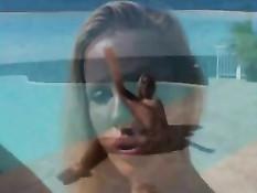 Красивая блондинка Сэнди летним днём ласкает себя возле бассейна