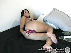 Девушка смазывает половые губы смазкой и вставляет туда вибратор