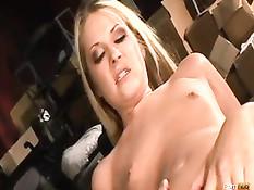 Молоденькая блондинка сделала минет и получила член в свой анус