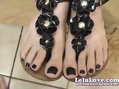 Любительница Lelu Love подрочила член своими сексуальными ногами