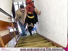 Рыжая девушка в костюме бетгёрл подрочила и пососала мужику член